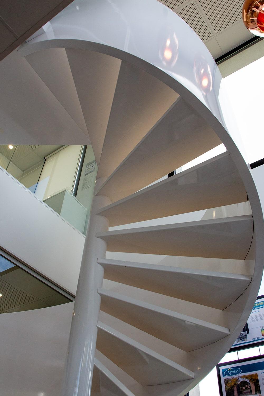Escalier hélicoïdal en acier et bois