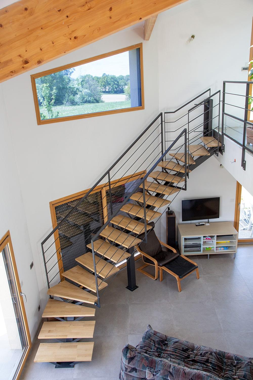 Escalier limon central en bois et acier toulouse