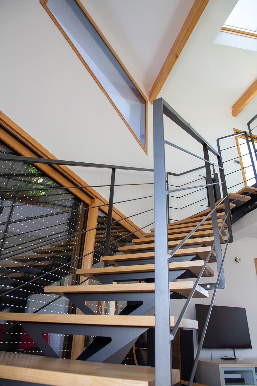Garde corps et escalier limon central en bois et acier